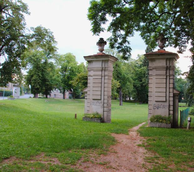 Nietków brama wjazdowa